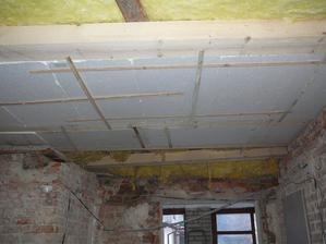 Leden 2013 - přivezli jsme trámy, tak máme aspoň provizorní strop