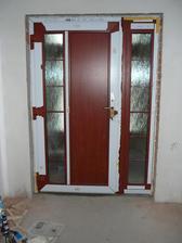 Únor 2013 namontované vstupní dveře
