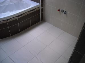 Horní koupelna hotová i s dlažbou :-)