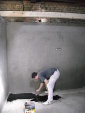 Pěkně napenetrovat, položit lepenku a jde se betovat podlaha