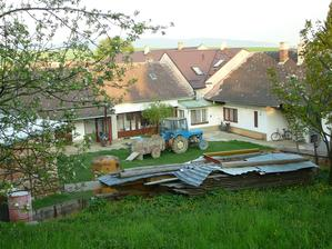 Pohled ze zahrady na dům a dvorek