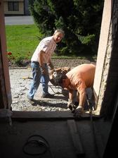 Rozbíjíme staré schody ve vstupu
