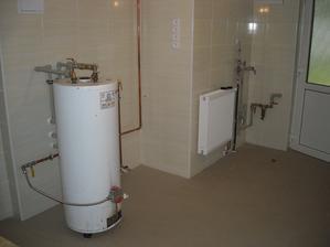 Připojen ohřívač na vodu a namontováno topení :-)