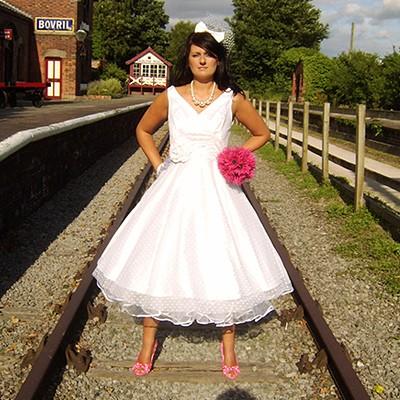 Moje retro svatba v krátkých šatech:-) - Nevím, jestli výstřih do V