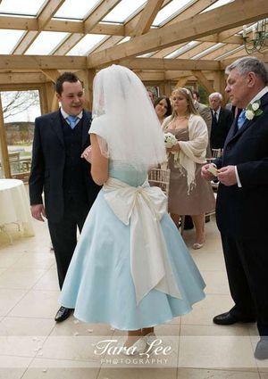 Moje retro svatba v krátkých šatech:-) - perfektní, taky bych chtěla mašli do pasu, ale ne tak velkou:-)