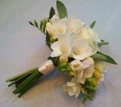 Moje retro svatba v krátkých šatech:-) - frézie mě taky lákají... ale každopádně vázat kytici budu sama:-)