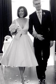 Moje retro svatba v krátkých šatech:-) - tak nějak střih, ale ne tak hluboký výstřih..