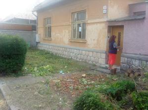 mamina otvara dvere, ja fotim ako nam pred domom miznú kríky :)