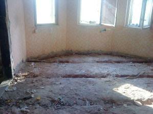 aj tu su vytrhane podlahy