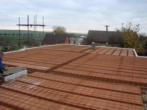 Stropy připraveny na zalití betonem..hurá:)