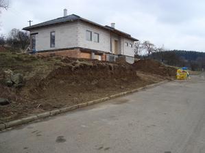 terenní úpravy a přípravy na budoucí opěrnou zídku a plot...