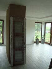 zasouvací dveře do obýváku ještě čekají na montáž:)