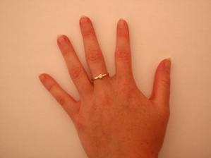 To je můj zásnubní prstýnek. Lepší fotku bohužel nemám :-(