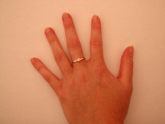 5.8.2005 - To je můj zásnubní prstýnek. Lepší fotku bohužel nemám :-(