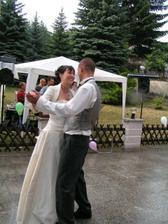 vysmátí novomanželé při tanci