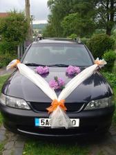 To jsem dneska zkoušela, jak bude vypadat auto nevěsty - .. kytky jsou zkušební (co zahrádka dala) a ještě k tomu nejsou oranžové, protože oranžovým rododendrónem neoplýváme :-( Jen tak na zkoušku ale stačily...