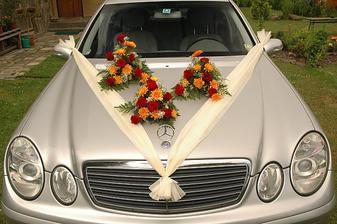 Auto nevěsty. zdobila jsem sama se svědkyní. Kytice uvázal Bořik