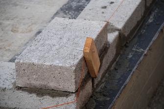 Plna betonova tehla 44x21,5x10cm, vaha 20kg (mokry strav aj 25kg-vacsinou), pocet do m2 cca 22 kusov. Ste mali vidiet slovenskeho murara, ked to videl :D