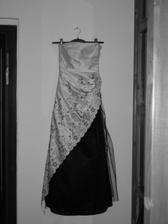 v plnej kráse-čiernobiele šaty-čiernobiele foto.