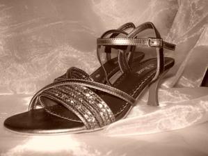 Po polnoci-pôvodne som chcela šaty marhuľkovej farby a tieto topánočky.