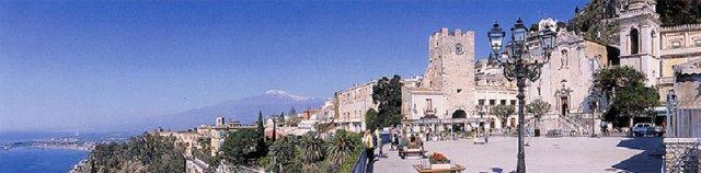 Svatební cesta na Sicílii. Taormina, pláž s výhledem na Etnu....