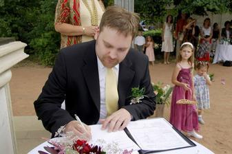 Družičky Kristýnka a Patrička bedlivě sledují podepisování