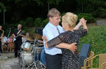 """Až do rána hráli """"KOSÍ BRATŘI"""", zahráli všem na přání. Tančí Dana a Kari"""
