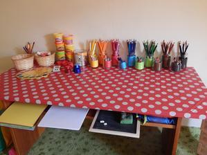 tady už konečná fáze - výtvarný koutek .. ještě přijdou na stěnu za stolem nějaké malůvky, ale to ještě musím vykutit :)
