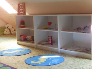 Police s hračkami, ve většině ala Montessori .. ale jsou tam i běžné