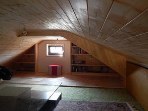 Vzadu v čele jsou dvě zabudované knihovničky, které jsem si vymyslela a můj muž postavil ... jsou božské ... mezi ně pod okno ještě přijde dřevěná lavice, na které se bude sedět