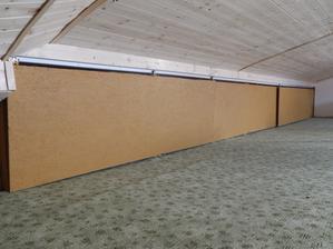 Prostorné úložné prostory s posuvnými dveřmi ... na druhé straně od schodiště totéž, ale v menší míře