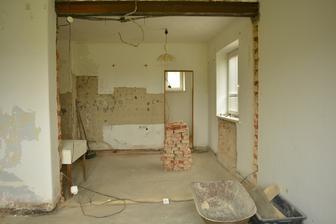 Za zády mám budoucí vchod na terasu, toto je pohled na budoucí kuchyň, dveře vzadu půjdou zazdít .. bývala to spíž, o kterou jsme ale prodloužili koupelnu ..