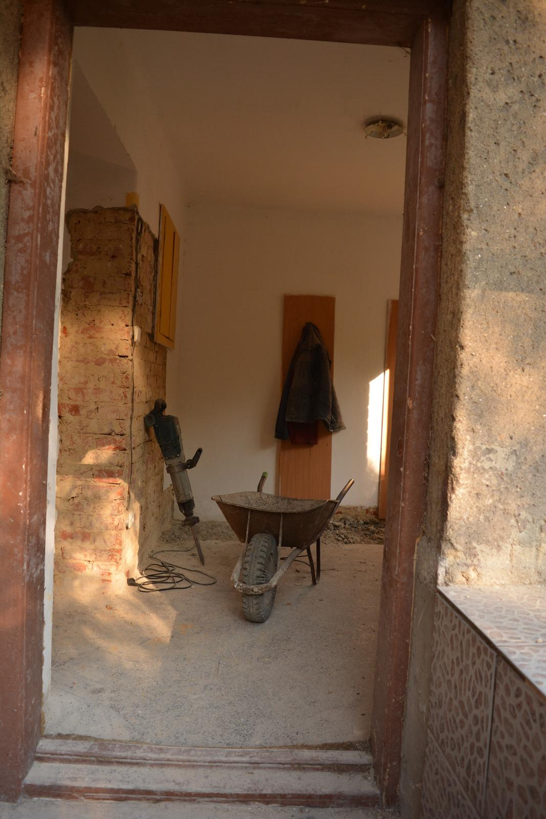 Náš nový domov ... - Vypůjčená zbíječka a valíme podlahy ....
