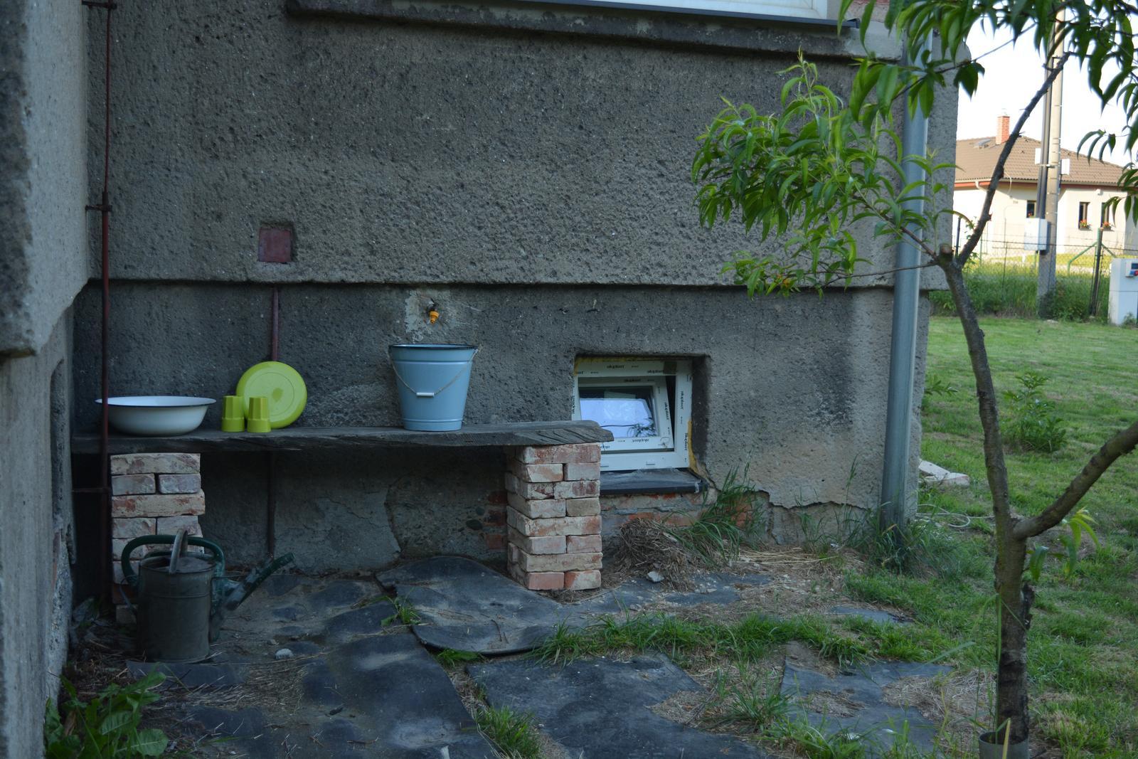 Náš nový domov ... - Můj nový mycí venkovní koutek :D .. a klenoty po babičce (lavor a kýbl)