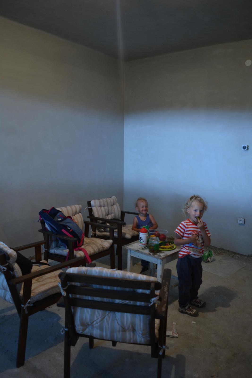"""Náš nový domov ... - ... """"když venku prší ...."""" .. a zároveň jedna z prvních hotových stěn připravených k malbě .."""