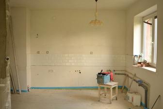 kuchyň už také obložená .. chybí jen vyvýšený obklad k digestoři ...