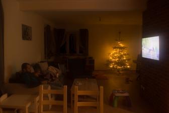 zamlžený foťák :D .. ale to byla tak hezká chvilka .. právě jsme přijeli z Vánočních trhů, vymrzlí a zalezli jsme k pohádce ..