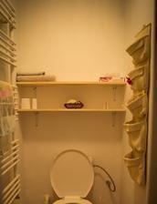 záchod nahoře, nechali jsme ten, co tu byl, když jsme dům koupili, takže to je fakt starší kousek, ale zatím ještě poslouží. Táta teď dodělal poličky, tak konečně máme kam položit toaleťák a ručníky :D ..