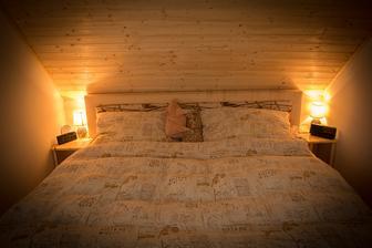 Skromná ložnice, časem to chce nějaké čupr povlečení, až budou prašule :)