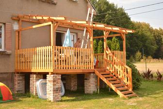 Naše nová terasa :)) ... z terasy za schodištěm i klouzačka :D ..