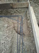 Nejake čudné trhliny sa nám objavili pri kopaní,preto dávame viac železa....