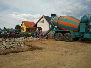 Brigádička bola riadna - zalievame základy 21.5.2012