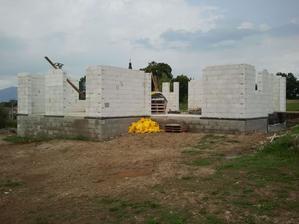 Múry vytiahnuté, svojpomocne od prvej rady..