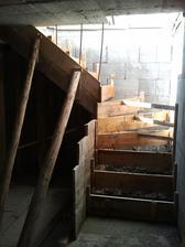 medzitým ako čakáme na krovy, robíme schodíky do kotolne