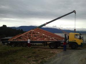 dočkali sme sa:-), konečne doviezli strechu-teda len vazníky..