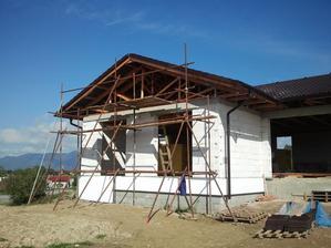strecha hotová, stavanie lešenia na obíjanie štítu..