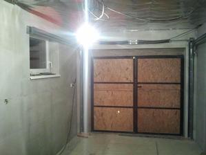 v týchto dňoch je konštrukcia sekčnej brány demontovaná a vrátená predajcovi.....