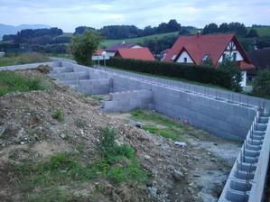 Oporný múr s pätkami
