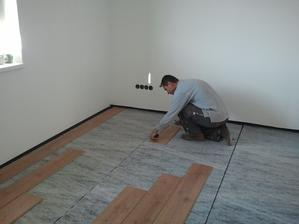 začíname klásť podlahu