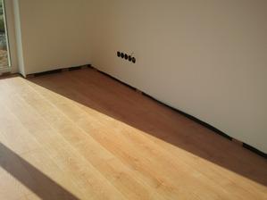 Podlahy hotové, ešte biele lišty